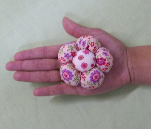 Passo a passo de como fazer a flor de fuxico almofadada e perfumada: