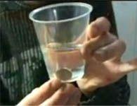 Mágica da moeda que atravessa o copo