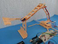 Guincho rob�tico de palito de picol� com arduino e servomotores. Como Fazer.