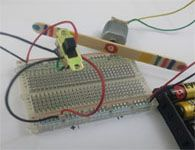 Circuito simples que controla o sentido de rotação de um motorzinho.